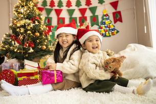 クリスマスパーティをする子供の写真素材 [FYI04959463]