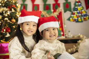 クリスマスパーティをする子供の写真素材 [FYI04959464]