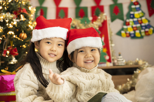 クリスマスパーティをする子供の写真素材 [FYI04959465]
