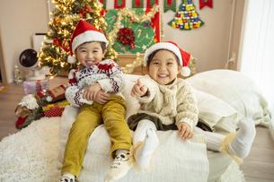 クリスマスパーティをする子供の写真素材 [FYI04959474]