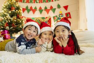 クリスマスパーティをする子供の写真素材 [FYI04959476]