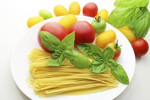 バジル パスタ トマトの写真素材 [FYI04959600]