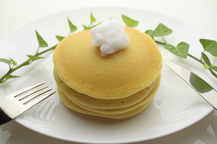 ココナッツオイルのパンケーキの写真素材 [FYI04959701]