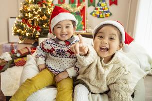 クリスマスパーティをする子供の写真素材 [FYI04960062]