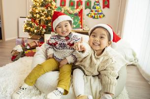 クリスマスパーティをする子供の写真素材 [FYI04960063]