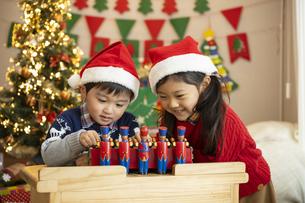 クリスマスパーティをする子供の写真素材 [FYI04960069]