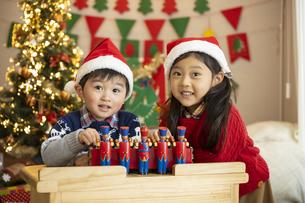 クリスマスパーティをする子供の写真素材 [FYI04960412]