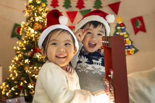 クリスマスパーティをする子供の写真素材 [FYI04960414]