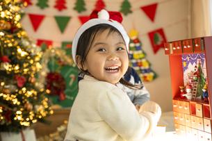クリスマスパーティをする子供の写真素材 [FYI04960415]