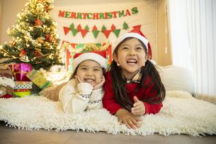 クリスマスパーティをする子供の写真素材 [FYI04960416]