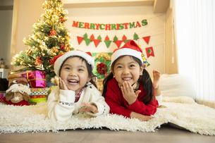 クリスマスパーティをする子供の写真素材 [FYI04960417]