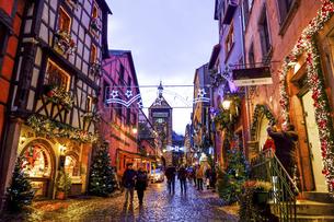 フランス、アルザスの小さな可愛い村リクヴィルのクリスマスの写真素材 [FYI04961238]