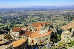 巨岩と共存する、ポルトガルの不思議な村モンサントの写真素材 [FYI04961243]